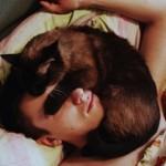Почему коты любят спать на человеке?